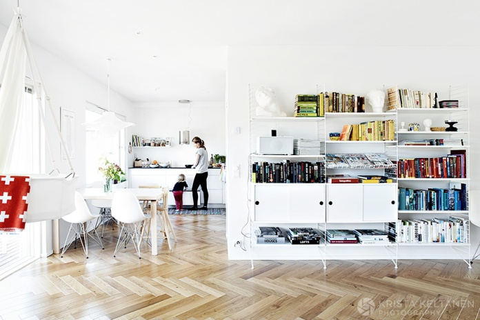 Bright-white-living-room-with-pops-of-color.-String-shelf.-photo-Krista-Keltanen